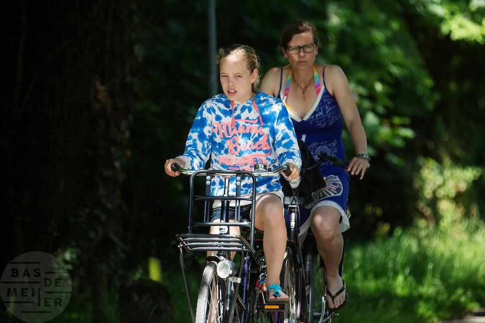 In Lage Vuursche rijdt een vrouw met haar dochter op de fiets.<br /> <br /> In Lage Vuursche a woman is cycling with her daughter.