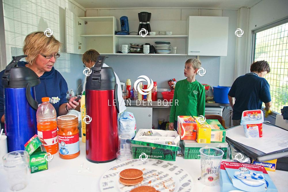 ZALTBOMMEL - In het clubhuis van Scouting Zaltbommel was een Vrijwilligersdag georganiseerd om diversen klussen rondom het clubhuis in orde te maken. FOTO LYA CATTEL - PERSFOTO.NU