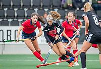 AMSTELVEEN  - Mea de Vries (Adam) aan de bal  de hoofdklasse competitiewedstrijd hockey dames , Amsterdam-Laren (3-0)  ,  links Sophie Schelfhout (Laren) COPYRIGHT KOEN SUYK