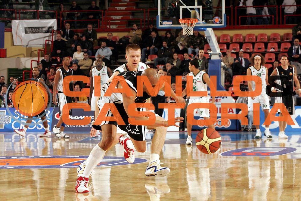 DESCRIZIONE : Forli Lega A1 2005-06 Copps Italia Final Eight Tim Cup Montepaschi Siena Whirlpool Varese<br />GIOCATORE : Garnett<br />SQUADRA : Whilpool Varese<br />EVENTO : Campionato Lega A1 2005-2006 Coppa Italia Final Eight Tim Cup Quarti Finale<br />GARA : Montepaschi Siena Whirlpool Varese<br />DATA : 16/02/2006<br />CATEGORIA : Palleggio<br />SPORT : Pallacanestro<br />AUTORE : Agenzia Ciamillo-Castoria/Paolo Lazzeroni