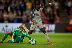 LONDON, ENGLAND - Monday, August 20, 2018: Liverpool's Sadio Mane skips past Crystal Palace's goalkeeper Wayne Hennessey on his way to scoring the second goal in the 93rd minute to seal a 2-0 victory during the FA Premier League match between Crystal Palace and Liverpool FC at Selhurst Park. (Pic by David Rawcliffe/Propaganda)