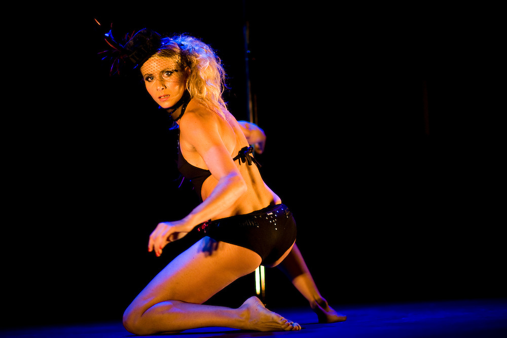 Lundi 14 Septembre 2009. Paris, France..Premiere competition Officielle de Pole Dance en France..20eme Theatre (Paris 20eme)..Laurence Hilsum (Championne Femme)