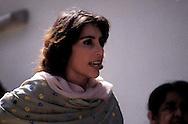 Karachi, Pakistan  1986.Benazir Bhutto (1953-2007) nella sua casa di Karaci dopo che è uscita di prigione,intervistata  dai giornalisti..Benazir Bhutto (1953-2007) at his house in Karachi after it is released from jail,interviewed by journalists