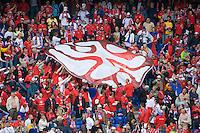 FUSSBALL EUROPAMEISTERSCHAFT 2008 Schweiz - Tschechien      07.06.2008 Vor Spiebeginn tragen die Fans das Symbol der Euro 2008 durch die Tribuene.