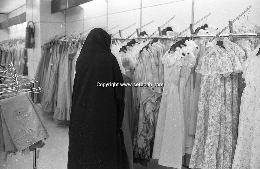 Iran - street life in Tehran women in tchador in the streets in supermarkets  Tehran - Iran   /// scenes de rue a Teheran femmes en tchador dans la rue dans les supermarches  Teheran - Iran  /// IRAN24296 11