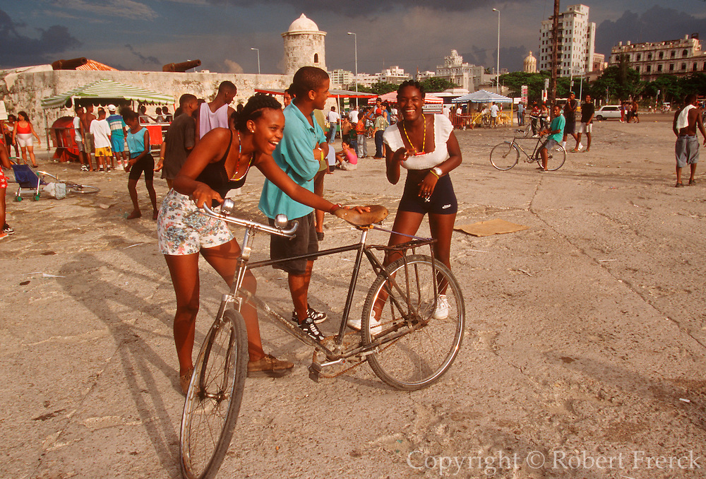 CUBA, HAVANA (HABANA VIEJA) Avenida Maceo, commonly called the Malecon; Havana's famous sea side drive is a popular place with Cubans