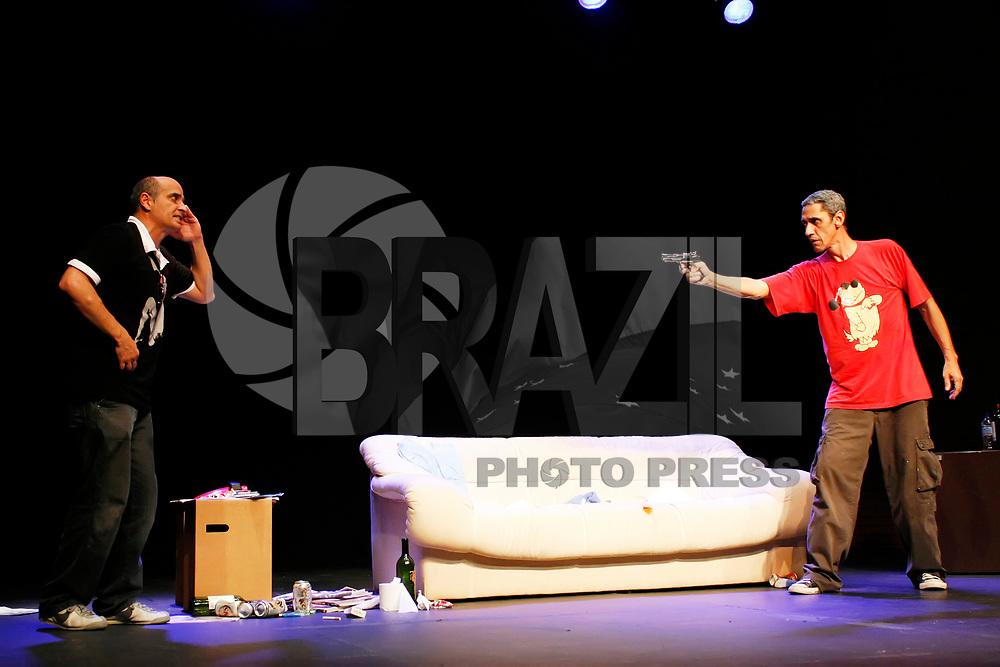 SÃO PAULO, SP, 22 DE JANEIRO DE 2011 - ESTRÉIA ESPETÁCULO CORAÇÕES UNDER ROCKS - Cena do espetaculo Corações Under Rocks, que estreiou na noite de ontem sexta-feira (21) no Centro Cultural São Paulo. (FOTO: LUIZ FILIPE / NEWS FREE).
