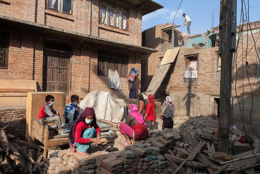 Een familie probeert te redden wat er te redden valt van hun ingestorte huis, in de zwaar getroffen stad Sakhu, nabij Kathmandu.