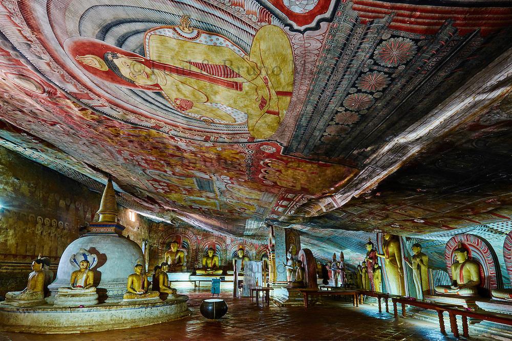 Sri Lanka, province du centre, district de Matale, Dambulla, Temple d'Or classé patrimoine mondial de l'UNESCO, temple troglodytiques, monastère construit dans la roche et qui abrite cinq sanctuaires dans les grottes, grotte No 2, statues et fresques bouddhiques // Sri Lanka, Ceylon, North Central Province, Dambulla, Buddhist Cave Temple, UNESCO World Heritage Site, Cave 2, buddhist statues and frescos