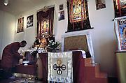 Nederland, Emst, 8-2-2003Een aanhanger van het boeddhisme bij het altaar van boeddha.Foto: Flip Franssen