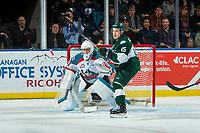 KELOWNA, CANADA - FEBRUARY 2: Sean Richards #15 of the Everett Silvertips looks for the pass in front of the net of Brodan Salmond  on FEBRUARY 2, 2018 at Prospera Place in Kelowna, British Columbia, Canada.  (Photo by Marissa Baecker/Shoot the Breeze)  *** Local Caption ***