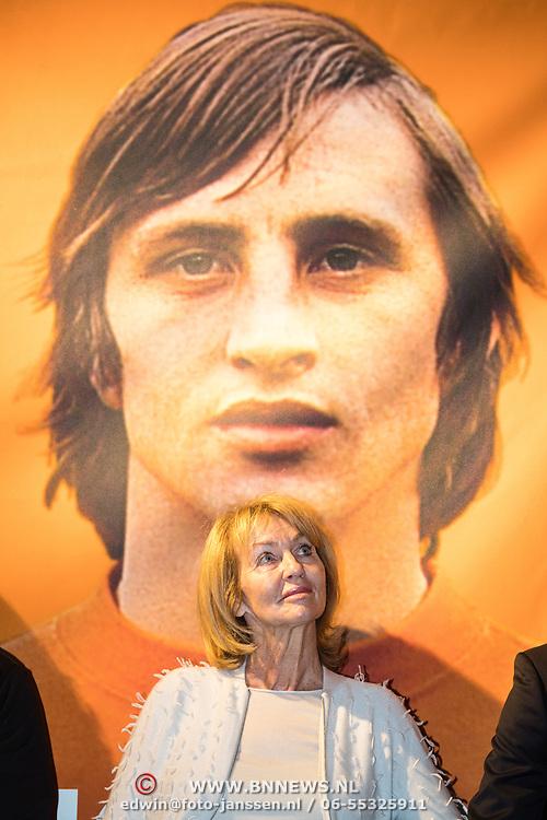 NLD/Amsterdam/20161007 - Presentatie biografie over het leven van oud voetballer Johan Cruijff, vrouw Danny Cruijff - Coster met beeltenis