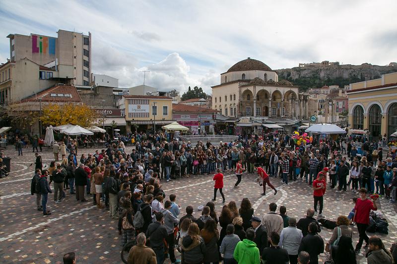 Piazza Monastiraki ai piedi dell'Acropoli. Ogni giorno vi si ritrovano centinaia di giovani e turisti.