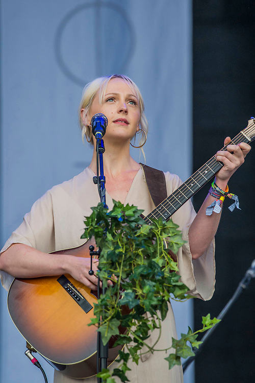 Laura Marling plays the Pyramid Stage to happy fans - The 2017 Glastonbury Festival, Worthy Farm. Glastonbury, 25 June 2017