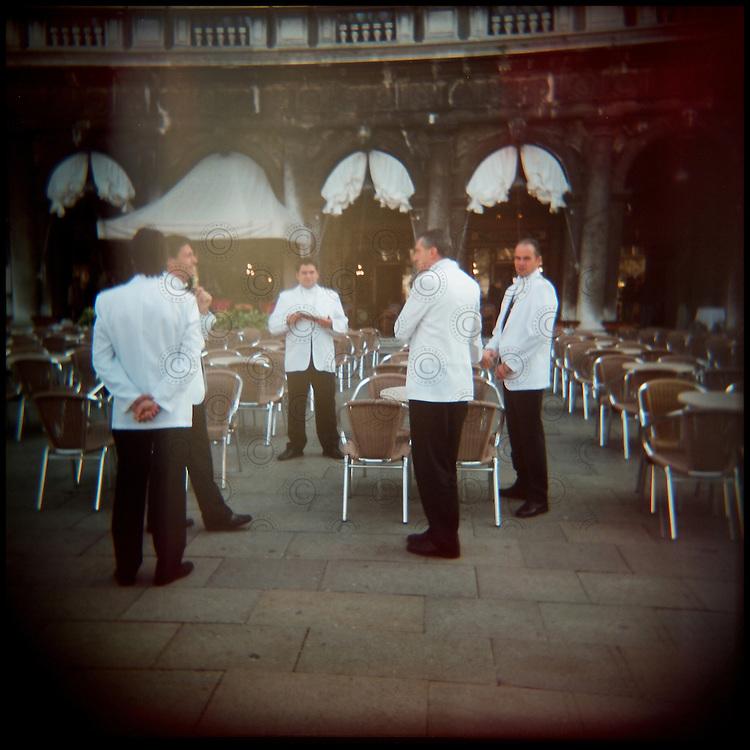Italie, Venise, San Marco..Des serveurs du café Florian attendent leurs clients..© Jean-Patrick Di Silvestro