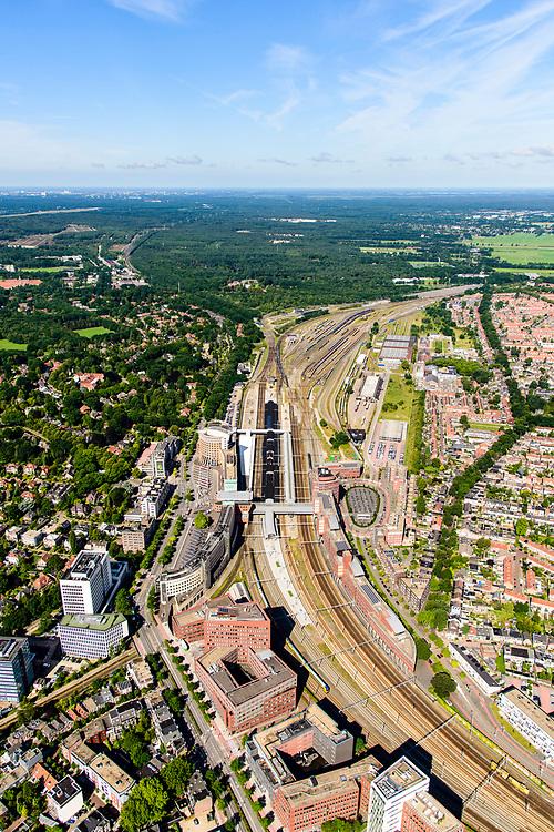 Nederland, Utrecht, Amersfoort, 17-07-2017;<br /> Station met directe omgeving, onder andere de wijken Stationskwartier, Soesterkwartier, de Berg. Spoorwegknooppunt.<br /> Railway station with immediate vicinity. Major railway junction.<br /> <br /> luchtfoto (toeslag op standard tarieven);<br /> aerial photo (additional fee required);<br /> copyright foto/photo Siebe Swart