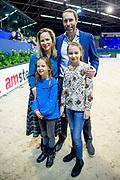 Novotel Jumpertjes Kinderochtend tijdens de wereldbeker dressuur bij Jumping Amsterdam<br /> <br /> Op de foto:  Prinses Margarita mert partner Tjalling ten Cate en dochters Julia en Paola