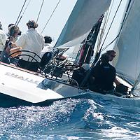 31.7 TROPHY Ce yacht a été construit en 1983 pour participer à la coupe de l'America. C'était un des voiliers construits pour le milliardaire australien Alan Bond afin de choisir un challenger pour conquérir la Coupe de l'America. Ce fut Australia II, qui différait de Challenge 12 par sa fameuse quille à ailettes, qui remporta les éliminatoires (coupe Louis Vuitton) et qui finit par remporter la Coupe. Le perdant, Dennis Conner, ne perdit pas la tête comme prévu par le règlement du New York Yacht Club ; mais il fut quand même renvoyé et dut aller se réfugier à San Diego, très loin de NewYork, et il y créa un nouveau syndicat pour récupérer SA coupe. Avec succès : il récupérait son précieux bibelot et sa notoriété en battant un autre bateau australien, Kookaburra III, en 1987.<br />     Aujourd'hui Challenge 12 est basé à Antibes et appartient au chantier naval Tréhard, qui l'a construit. Il participe aux régates classiques en Méditerranée.