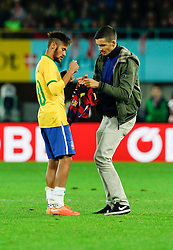18.11.2014, Ernst Happel Stadion, Wien, AUT, Freundschaftsspiel, Oesterreich vs Brasilien, im Bild Neymar Jr (BRA) mit einem Fan der das Spielfeld stürmte // during the friendly match between Austria and Brasil at the Ernst Happel Stadion, Vienna, Austria on 2014/11/18, EXPA Pictures © 2014, PhotoCredit: EXPA/ Erwin Scheriau