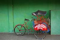 Indonesie. Île de Java. Centre java. Yogyakarta. Trishaw ou Becak (velo-taxi) dans le quartier du Kraton. // Indonesia. Java island. Central Java. Yogyakarta. Trishaw known as a becak, along a street in the old quarter of Kraton.