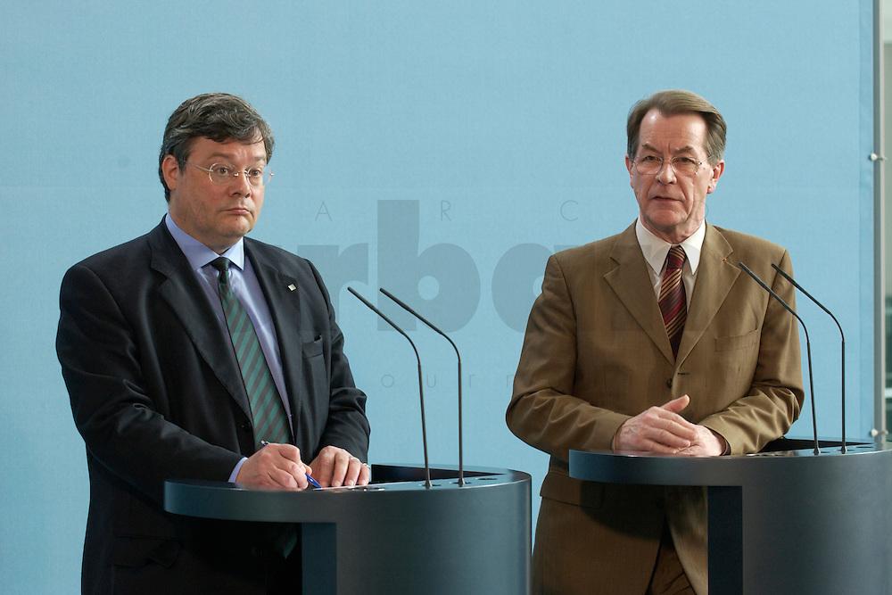 07 MAY 2004, BERLIN/GERMANY:<br /> Reinhard Buetikofer (L), B90/Gruene, Bundesvorsitzender, und Franz Muentefering (R), SPD Parteivorsitzender, waehrend einer Pressekonferenz, zu den Ergebnissen des vorangegangenen Koalitionsgespraechs, Bundeskanzleramt<br /> Reinhard Buetikofer (L), Leader of the Green Party, und Franz Muentefering (R), Leader of the Social Democratic Party, during a press conference<br /> IMAGE: 20040507-01-018<br /> KEYWORDS: Reinhard B&uuml;tikofer, Franz M&uuml;ntefering