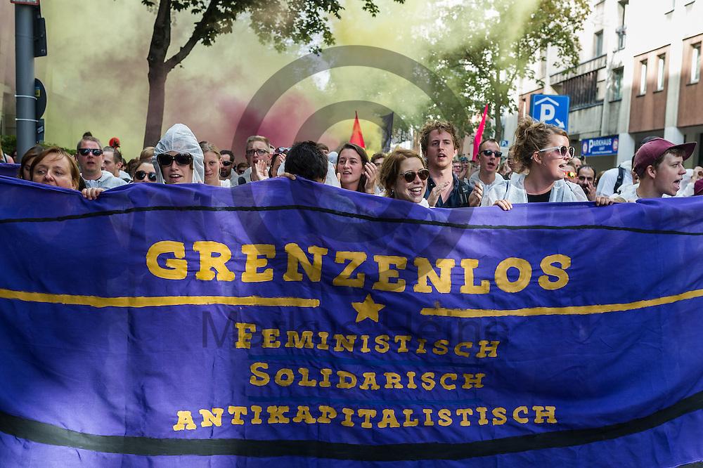 &quot;Grenzenlos Feministisch Solidarisch Antikapitalistisch&quot; steht w&auml;hrend der Demonstration gegen Rassismus und AfD am 03.09.2016 in Berlin, Deutschland auf einem Transparent. Mehrere Tausend Menschen demonstrierten gegen Rassismus und die pechpopulistische AfD. Foto: Markus Heine / heineimaging<br /> <br /> ------------------------------<br /> <br /> Ver&ouml;ffentlichung nur mit Fotografennennung, sowie gegen Honorar und Belegexemplar.<br /> <br /> Bankverbindung:<br /> IBAN: DE65660908000004437497<br /> BIC CODE: GENODE61BBB<br /> Badische Beamten Bank Karlsruhe<br /> <br /> USt-IdNr: DE291853306<br /> <br /> Please note:<br /> All rights reserved! Don't publish without copyright!<br /> <br /> Stand: 09.2016<br /> <br /> ------------------------------