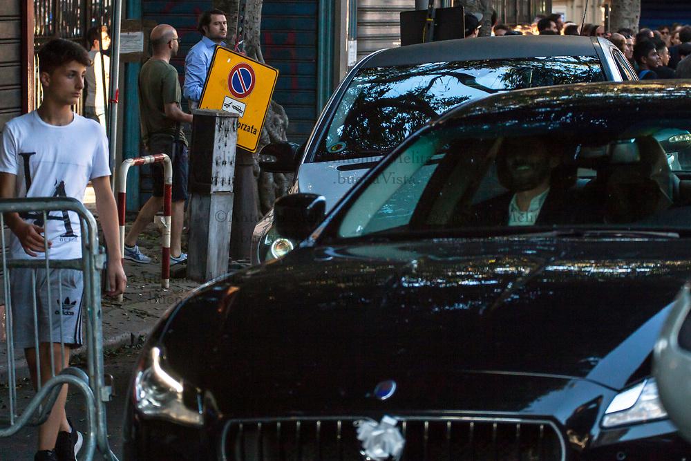 L'ex Miss Palermo 2010 Giorgia Duro, ancora con il capo coperto, seppur dentro l'auto nunziale.