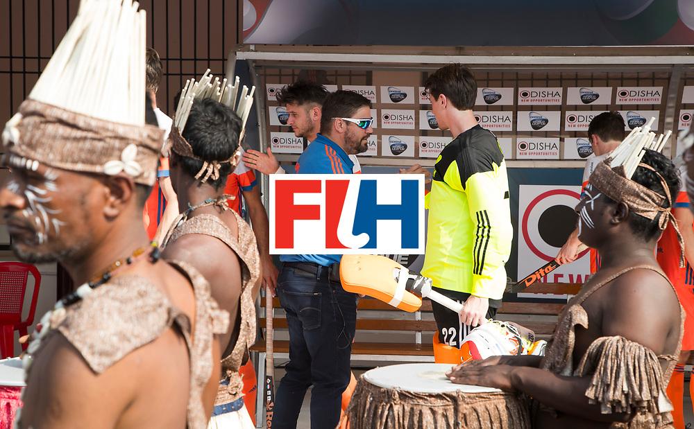 BHUBANESWAR -  bondscoach Max Caldas (Ned) met keeper Sam van der Ven (Ned)   tijdens  de Hockey World League Final wedstrijd Nederland-Spanje . COPYRIGHT  KOEN SUYK