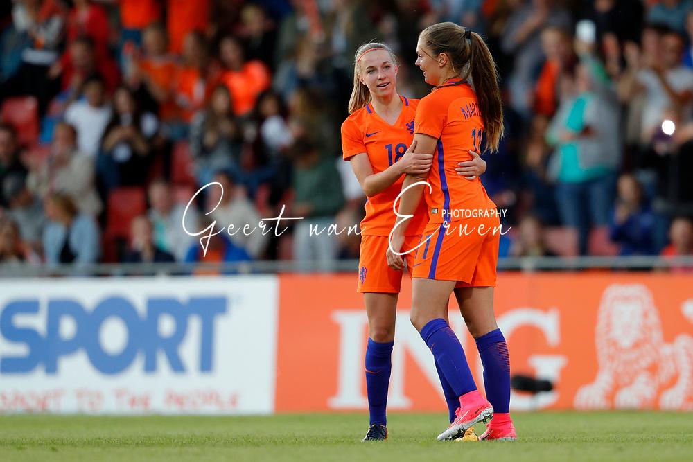 13-06-2017 VOETBAL:ORANJE VROUWEN-OOSTENRIJK:DEVENTER<br /> <br /> De oranje leeuwinnen wonnen met 3-0 van Oostenrijk in de Adelaarshorst in Deventer<br /> <br /> Lieke Martens van Oranje Leeuwinnen (Holland Women) viert haar treffer met Jackie Groenen van Oranje Leeuwinnen (Holland Women) <br /> <br /> Foto: Geert van Erven