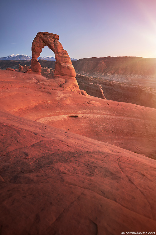 The freestanding Delicate Arch and surrounding sandstone in Arches National Park, Utah.