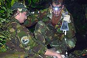 Nederland, Arnhem, 11-11-2015Geneeskundige militairen uit Oirschot oefenen in de Bush van Burgers  Zoo. De landmachtmilitairen bereiden zich in deze uitdagende omgeving voor op een eventuele inzet, missie, in de jungle van tropisch Afrika.FOTO: FLIP FRANSSEN/ HH