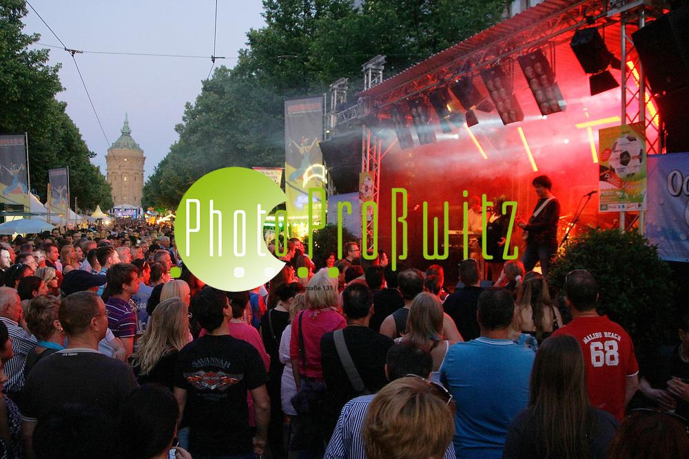 Mannheim. Innenstadt. Planken. Stadtfest 2012<br /> - Feuerio B&cedil;hne Hit Night<br /> <br /> Bild: Markus Proflwitz / masterpress /