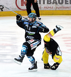 31.03.2015, Keine Sorgen Eisarena, Linz, AUT, EBEL, EHC Black Wings Linz vs UPC Vienna Capitals, Halbfinale, 5. Spiel, im Bild v.l. Curtis Murphy (EHC Liwest Black Wings Linz), Kristopher Foucault (UPC Vienna Capitals) // during the Erste Bank Icehockey League 5th semifinal match between EHC Black Wings Linz and UPC Vienna Capitals at the Keine Sorgen Eisarena in Linz, Austria on 2015/03/31. EXPA Pictures © 2015, PhotoCredit: EXPA/ Reinhard Eisenbauer