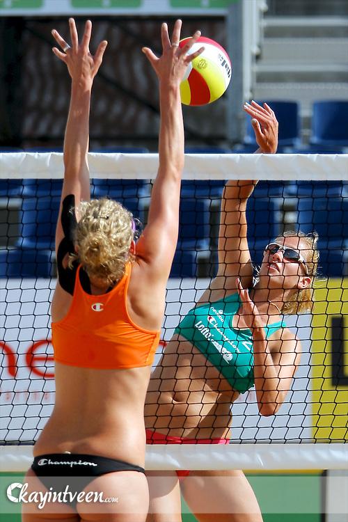 DEN HAAG - NK Beach Volleyball, Beachstadion Scheveningen, 20-08-2011, Sanne Keizer (l) en Pamela Domselaar (r)
