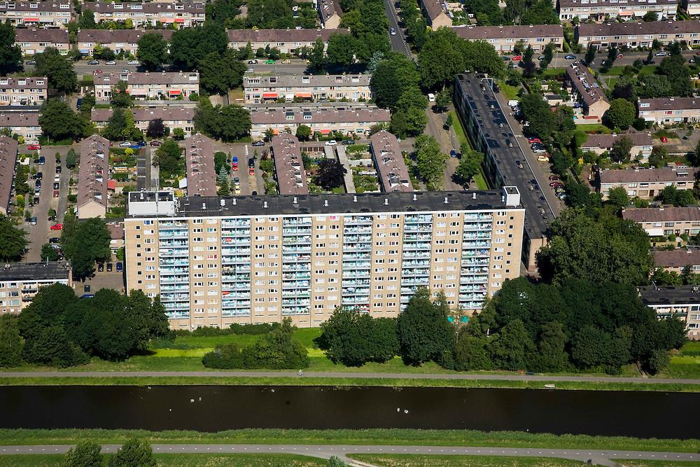 Nederland, Noord-Holland, Purmerend, 14-07-2008; flatgebouw en eengezinswoningen in de jaren zeventig nieuwbouwwijk Wheermolen;.de wijk is gebouwd om het bevolkingsoverschot van Amsterdam op te vangen ('de overloop'); flat. .luchtfoto (toeslag); aerial photo (additional fee required); .foto Siebe Swart / photo Siebe Swart