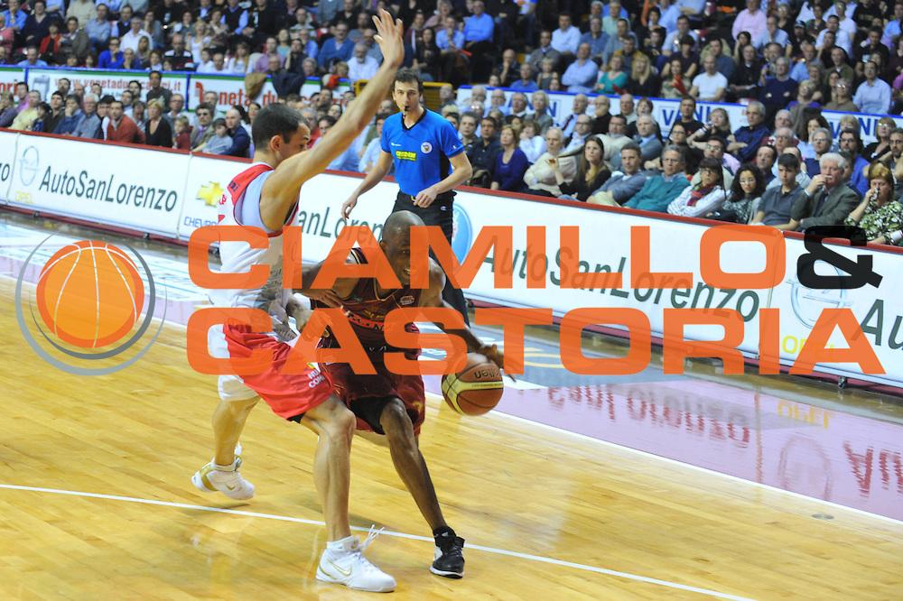 DESCRIZIONE : Venezia Lega A2 2009-10 Umana Reyer Venezia Carmatic Pistoia<br /> GIOCATORE : Alvin Young<br /> SQUADRA : Umana Reyer Venezia Carmatic Pistoia<br /> EVENTO : Campionato Lega A2 2009-2010<br /> GARA : Umana Reyer Venezia Carmatic Pistoia<br /> DATA : 28/03/2010<br /> CATEGORIA : Palleggio<br /> SPORT : Pallacanestro <br /> AUTORE : Agenzia Ciamillo-Castoria/M.Gregolin<br /> Galleria : Lega Basket A2 2009-2010 <br /> Fotonotizia : Venezia Campionato Italiano Lega A2 2009-2010 Umana Reyer Venezia Carmatic Pistoia<br /> Predefinita :