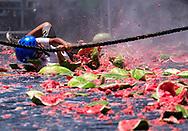 新华社照片,洛杉矶,2017年7月30日<br />     (国际)(1)第五十五届加州西瓜节<br />     7月29日,民众参与西瓜游戏。<br />     在美国洛杉矶,大批民众出席了&quot;第五十五届加州西瓜节&quot;。<br />     新华社发(赵汉荣摄)<br /> A boy plays the watermelon games at the 55th Annual California Watermelon Festival in Los Angeles, the United States, Saturday, July 29, 2017. (Xinhua/Zhao Hanrong)
