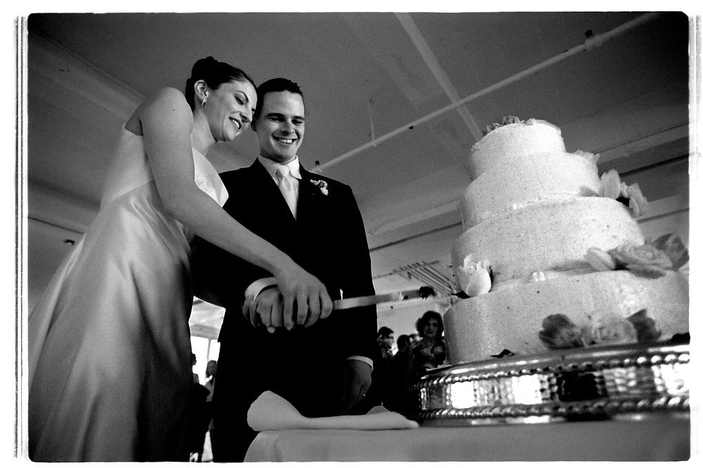 Hela kvällen är paret i centrum och omringas ögonblickligen av alla gäster när de ska utföra något obligatoriskt moment som exempelvis snittet i brölllopstårtan..Joby Harold and Tory Tunnell's wedding in New York City..Photographer: Chris Maluszynski /MOMENT