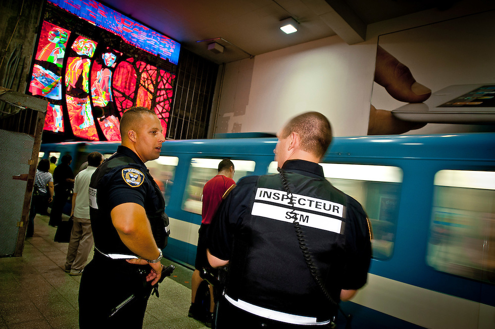 Les inspecteurs Alexandre Vien et Jean-François Brunelle commencent leur ronde à 7 h du matin à la station Berri-Uqam. Ils assurent une présence sécuritaire sur le réseau..© Caroline Hayeur/Agence Stock Photo