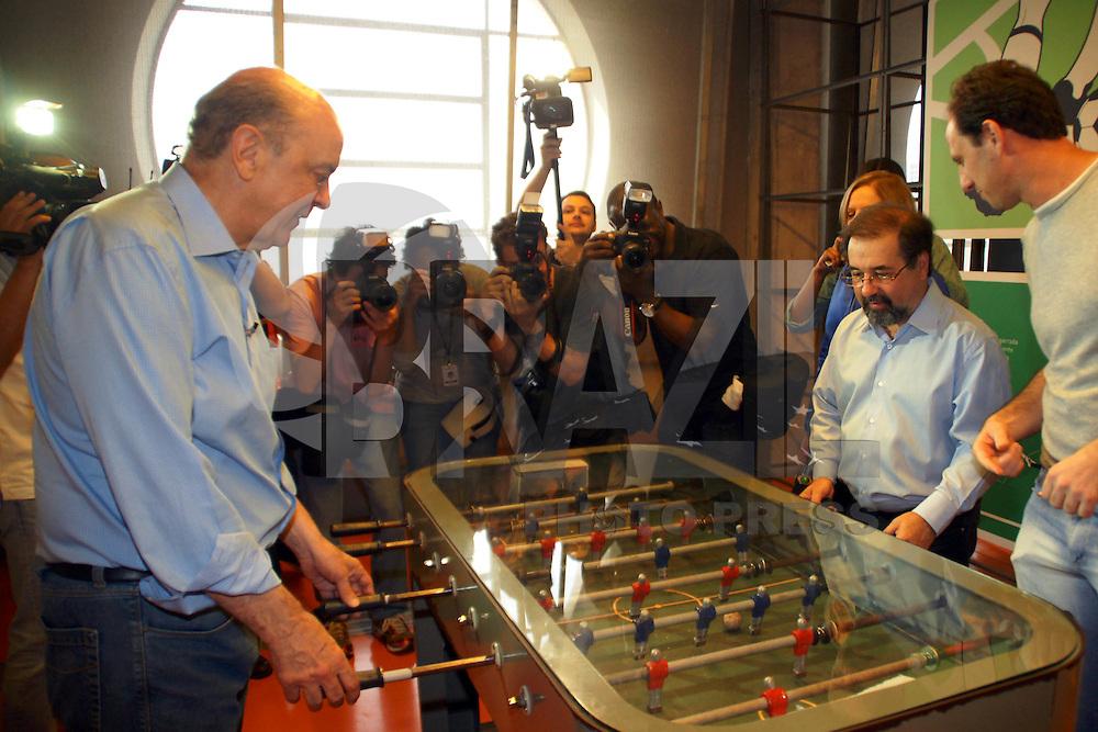 ATEN&Ccedil;&Atilde;O EDITOR: FOTO EMBARGADA PARA VE&Iacute;CULOS INTERNACIONAIS. - SAO PAULO, SP, 19 DE OUTUBRO 2012 - SP/POL/JOS&Eacute; SERRA - MUSEU DO FUTEBOL, o candidato a Prefeitura de S&atilde;o Paulo Jos&eacute; Serra fez na tarde dessa sexta-feira uma visita ao Museu do Futebol junto com o Goleiro do S&atilde;o Paulo Rog&eacute;rio Ceni.<br /> (FOTO: PADUARDO / BRAZIL PHOTO PRESS).