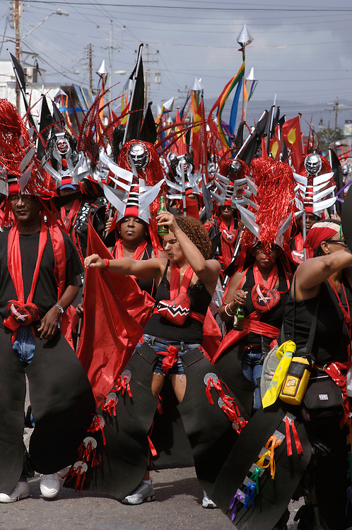 Engl.: Trinidad and Tobago,Carnival 2006, caribbean, costumes, parades, street festival, make up, glitter, mas designer Peter Minshall's band 'Sacret Heart' on Carnival Tuesday in Port of Spain. The helmets are made from galvanized metal..German: Photo © Stefan Falke Trinidad und Tobago, Port of Spain, Karibik,  Karneval 2006, Kostueme, Feste, Paraden, Strassenfest, Schmuck, Glitter, Masken, der Karnevalszug 'Sacret Heart' des Designers Peter Minshall am Karneval Dienstag in Port of Spain,  Die Helme sind aus galvanisiertem Metall gefertigt..