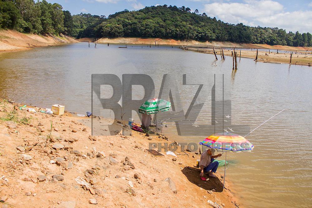 TIJUCAS DO SUL, PR, 11.02.2014 –  SECA /  REPRESA DO VOSSOROCA - Pescadores na margem da represa do Vossoroca, nesta terça-feira (11), na BR-376, em Tijucas do Sul, região metropolitana de Curitiba, está abaixo do normal devido a falta de chuva que atinge o estado do Paraná. A represa abastece a  usina de Chaminé controlada pela Companhia Paranaense de Energia (Copel) na Cidade de São José dos Pinhais, Pr. (Foto: Paulo Lisboa / Brazil Photo Press)