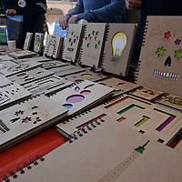 Toluca, México.- Integrantes del Colectivo Nómada Bazar llevaron a cabo la primera Feria Creativa de Arte y Diseño, que se instalo en la Plaza González Arratia, en donde emprendedores mostraron sus productos a los paseantes de Toluca. Agencia MVT / Crisanta Espinosa