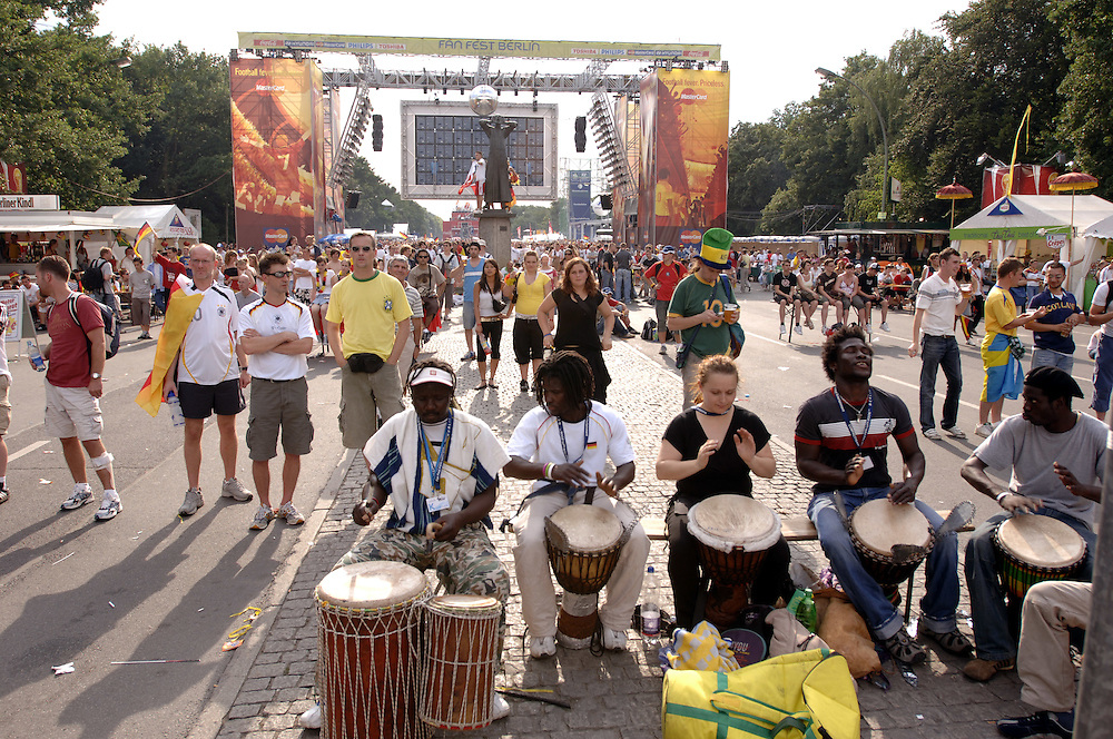 Fussballweltmeisterschaft 2006 in Deutschland FIFA World Cup Vorrunde Spiel Deutschland Ecuador (3-0) Public Viewing Berlin Fan Mile am Brandenburger Tor Bevoelkerung Fans Fussballfans Sport Fussball Fahnen Schwarz Rot Gold Deutschlandfahnen Menschenmenge Emotionen bunt Spannung Jubel Freude Begeisterung Fanartikel Weltmeisterschaft WM Europa 20.06.2006; QF; (Farbtechnik sRGB 34.94 MByte vorhanden) English World Cup 2006 in Germany FIFA World Cup first round match Germany Ecuador (3-0) Public Viewing  Berlin Fan Mile people fans sport football soccer crowd emotions joy joyous jubilation cheering enthusiasm enthusiasts excitement fan articles flags German flag merchandize Europe June 20 2006 Sacharchiv ..