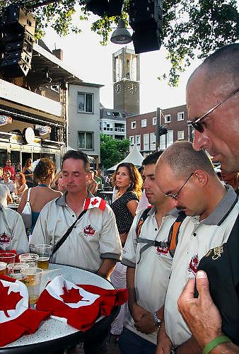Nederland, Nijmegen, 19-7-2006<br /> Vanwege het overlijden van twee wandelaars bij de 4daagse houdt het publiek tijdens de zomerfeesten 1 minuut stilte. Hier op het Koningsplein ook een groepje lopers uit Canada.<br /> Foto: Flip Franssen/Hollandse Hoogte