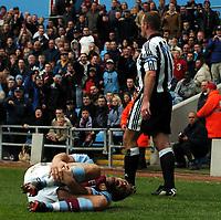 Fotball<br /> Premier League 2003/04<br /> Aston Villa v Newcastle<br /> Birmingham<br /> 18. april 2004<br /> Foto: Digitalsport<br /> Norway Only<br /> <br /> ALAN SHEARER NEWCASTLE UNITED APPEALS TO THE REFEREE AFTER THE BAD TACKLE ON OLOF MELLBERG ASTON VILLA