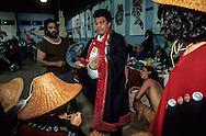 Canada. Queen Charlotte island. Skidegate village.  Healing Potlach -    - Haida -  Indians traditional ceremony;   Skidegate, queen Charlotte island  Canada  by  chief Miles Richardson. (with bill Reid) /  Potlach; cérémonie traditionnelle des indiens Haidas  Skidegate, queen Charlotte island  Canada donnée par le chef Miles Richardson. avec Bill Reid   /  Potlatch à Skidegate. Le 12 octobre 1996. Le festin commence. Il est 18 heures.  /  Les chefs et les invités d'honneur sont servis les premiers. Comme il n'existe pas de maison traditionelle assez grande pour accomoder 700 personnes assises, le gymnase de Skidegate se transforme en théâtre où va se dérouler cette grande cérémonie.