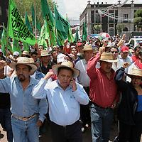 Toluca, Mex.- Habitantes encabezados por el presidente municipal de Chimalhuacan realizaron una marcha y manifestacion frente al palacio de gobierno en demanda de que sean cumplidas las obras que quedaron pendientes por la administracion gubernamental, mientras que granaderos de seguridad publica resguardaron la plaza civica. Agencia MVT / Mario Vazquez de la Torre. (DIGITAL)<br /> <br /> NO ARCHIVAR - NO ARCHIVE