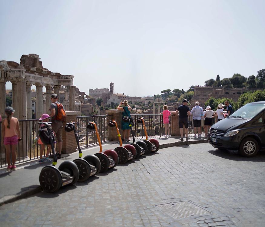 Turisti e mezzi di trasporto fermi davanti al Foro Romano,<br /> for tourists machines in front of the Roman Forum