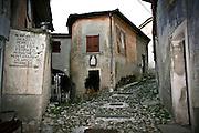 Arcumeggia il paese dipinto in provincia di Varese. Vicolo storico nel centro del paese con l'elenco degli artisti che hanno decorato le facciate della case